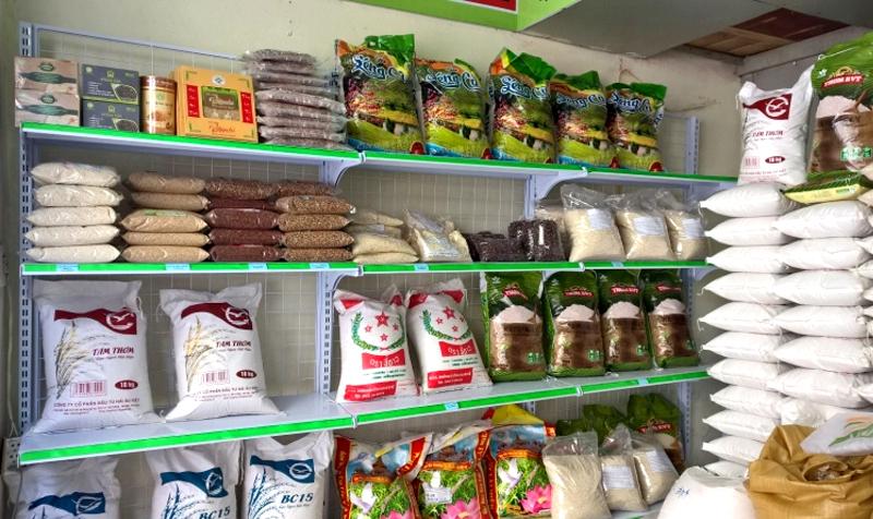 Hàng trưng bày sản phẩm gạo với bao bì đủ loại kích cỡ