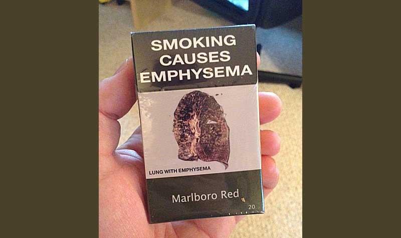 Gói Marlboro ban đầu có màu đỏ, nhưng sau đó phải sử dụng màu PANTONE 448 C với hình ảnh lá phổi bị hỏng do bị khí phế thủng