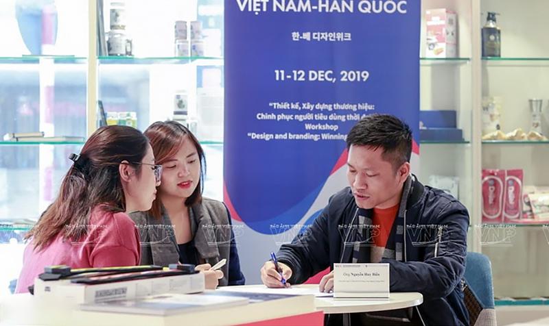 Các doanh nghiệp Việt Nam được sự tư vấn trực tiếp về thiết kế kiểu dáng công nghiệp với chuyên gia Nguyễn Huy Biển, Giám đốc V-Design Việt Nam