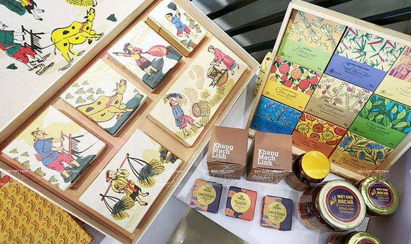 Những họa tiết truyền thống được vẽ cách điệu và làm thành những nội dung chủ đạo trên nhiều nhãn hiệu đồ uống mật ong Bạc Hà