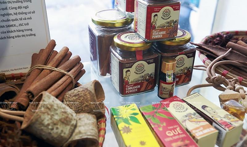 Bộ nhận diện thương hiệu của công ty Quế Hồi Việt Nam với sự tư vấn của chuyên gia Hàn Quốc đưa các yếu tố văn hóa truyền thống Việt lên bao bì sản phẩm