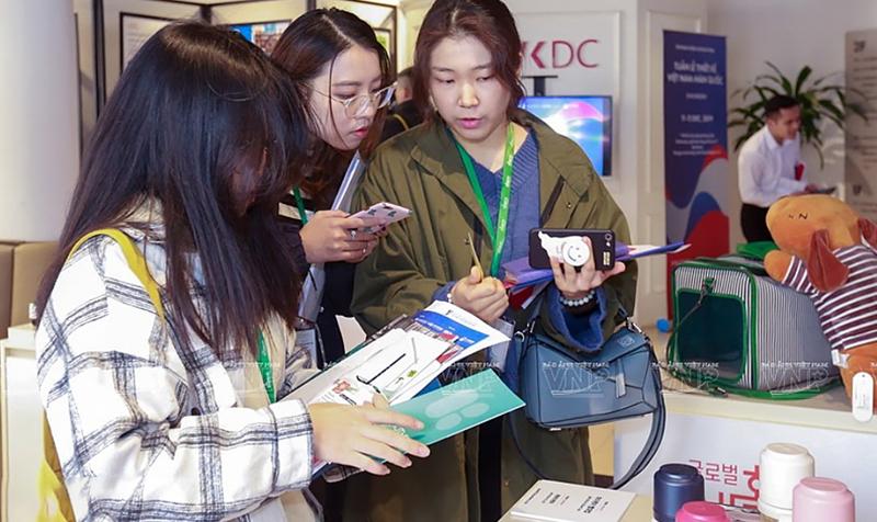Các sinh viên Hàn Quốc và Việt Nam cùng trao đổi kỹ năng học về chuyên ngành thiết kế